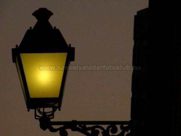 Fény az éjszakában
